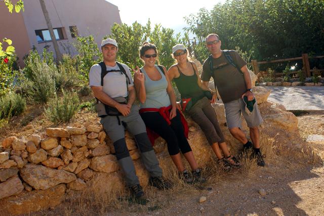 La foto de rigor no pot faltar: Carles, Laura, Natàlia, Joan, a la Morera, just abans de començar la ruta. Son les 9,25 h. i ja fa un sol que bada les pedres.