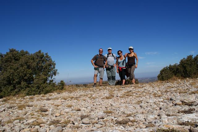 Dalt la Serra Major. 11,26 h. Des del pàrquing de La Morera fins aquí a la Serra Major hem tardat 2 hores justes, amb el temps dels descansos i l'esmorzar inclosos. No esperem cap trucada del Rècord Guiness.