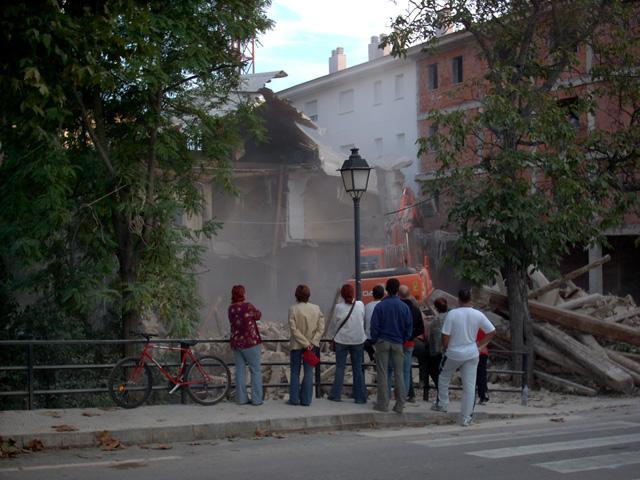 20 d'octubre. Durant els dies que va durar la demolició, va passar molta gent a veure com desapareixia l'edifici.