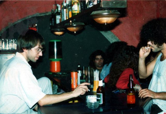 La barra del pub, en plena feina, a començaments dels anys 90 (Foto: Mercè Butet)
