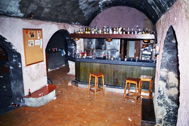 Vista dels seients del pub. Dreta: La barra, vista des de la porta d'entrada (Fotos: Miquel Butet)