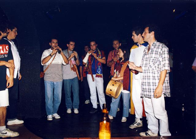 Els Grallers de Cornudella al Pub, celebrant alguna lliga de les moltes que el Barça va guanyar als anys 90. (Foto: Miquel Butet)