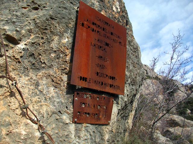 El cartell, de més aprop, informa del material necessari per fer la vía.