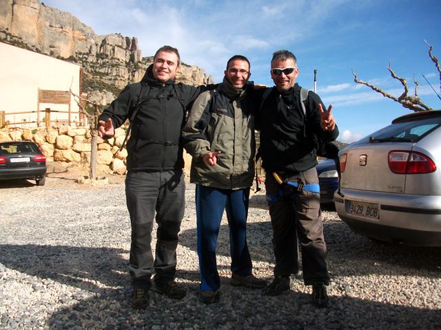 """Un servidor, el Sergi i el David, a punt de sortir de l'aparcament de La Morera, """"rumbo a lo desconocido"""". La tensió, els nervis continguts i la proximitat de l'aventura es poden apreciar amb facilitat als nostres rostres."""