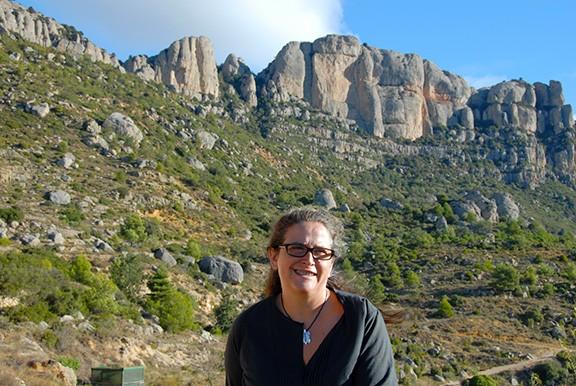 La directora del parc, amb l'imponent Montsant com a teló de fons. Foto: Biel Roig.