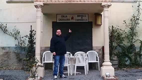 Davant el Teatre Íntim, actualment el local d'assaig dels Brivalls. Foto: Carles X. Cabós.