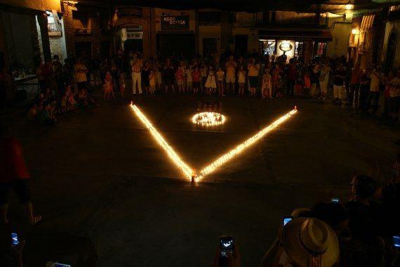 """La """"V"""" amb espelmes, l'11 de setembre de 2014 a la Plaça de la Vila. Foto: Carles X. Cabós."""