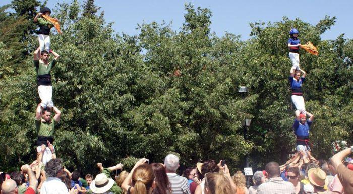 """Els Xiquets d'Alcover i els Brivalls de Cornudella, amb el pilar de 4 conjunt. Els exanetes exhibeixen una pancarta en anglés: """"Catalans Want To Vote"""" (els catalans volem votar). Foto: Elisabet Josa."""