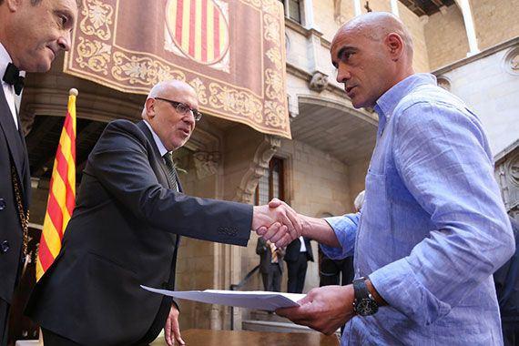 L'alcalde de Cornudella Josep M. Castan, entregant l'acta del Ple. Foto: Generalitat de Catalunya.