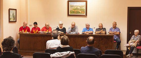 Imatge dels regidors, secretària i alcalde en la sessió d'ahir. Foto: Carles X. Cabós.