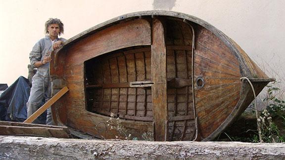 La barca, abans de transformar-se en carro-barca, a l'exterior de la fusteria Piñol, a Cornudella. Foto: Amador González.