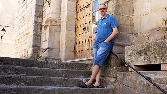 A les escales de l'església. Foto: Carles X. Cabós.