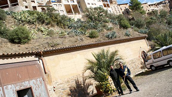 Els germans, a les portes del taller. Per damunt, el poble de la Vilella Baixa. Foto: Carles X. Cabós.
