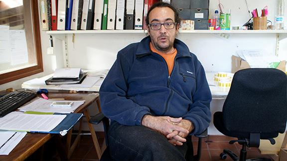 Joan Vaqué a l'oficina del taller, a la Vilella Baixa. Foto: Carles X. Cabós.