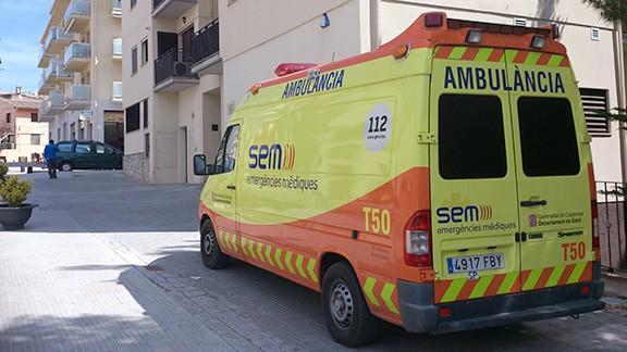 L'ambulància del SEM amb base a Cornudella, davant del CAP. Foto: Carles X. Cabós.