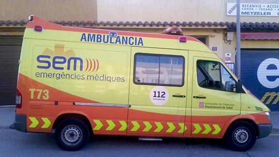 L'ambulància del SEM de Falset, aparcada davant la base. Foto: PrioratDiari.cat
