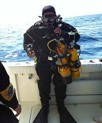 Joaquim Castaño, entre Cambrils i l'Ametlla de Mar l'hivern del 2014, preparat amb tot l'equip per baixar a un vaixell enfonsat a uns 65 metres de fondària. Foto: Cedida.
