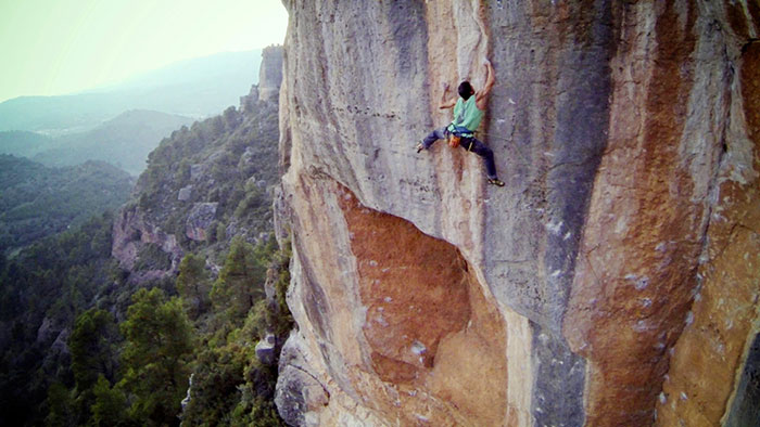 """Pep Farré sobre """"Lola Corwin"""", 8c, als cingles de la Siuranella (Siurana) Foto: Jordi Massó."""