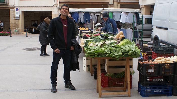 A la Plaça de la Vila, en dia de mercat, a Cornudella. Foto: Carles X. Cabós.