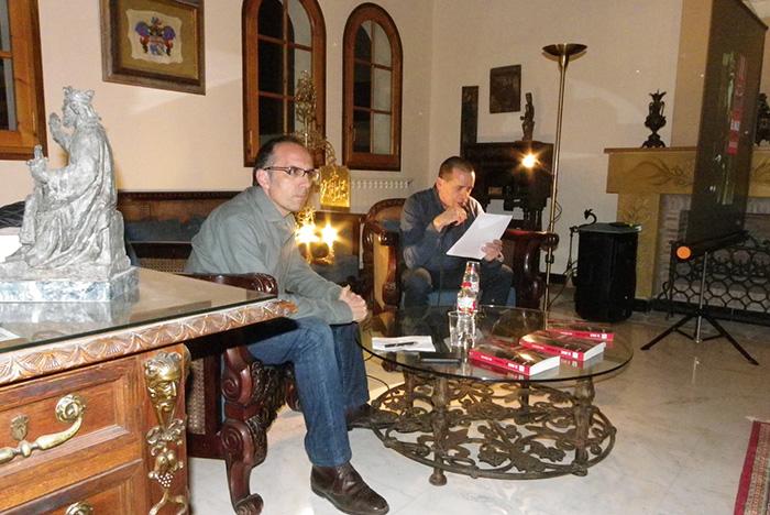 Toni Orensanz i el Regidor de Cultura de l'Ajuntament de Cornudella, Salvador Olivé, durant la presentació del llibre a la biblioteca. Foto: Cedida.