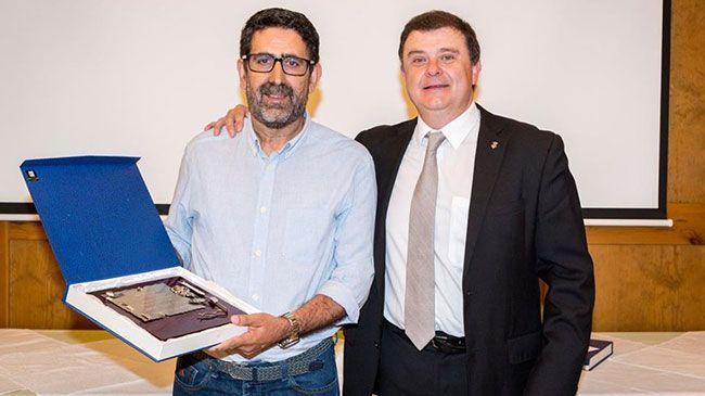 Agustí Masip va rebre el premi de la mà del regidor de Cultura de l'ajuntament puigcerdanenc, Xavier Piguillem. Foto: Facebook / Puigcerdà Som Tots