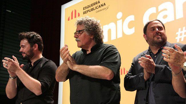 Gabriel Rufián, Joan Tardà i Oriol Junqueras aplaudint en sortir a valorar els resultats del 26-J per Esquerra. Foto: ACN
